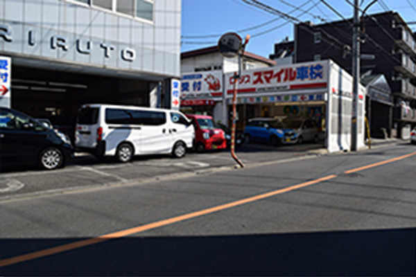 10mほど直進した左手が受付です。お客様用駐車場は受付前にあります。